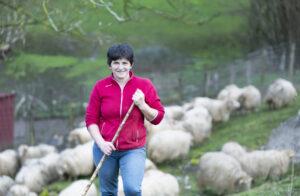Pastora con sus ovejas latxa